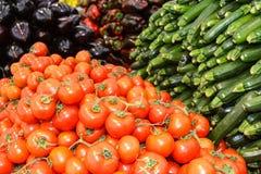 红色圆的蕃茄、夏南瓜和胡椒 杂货店 库存图片
