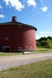 红色圆的谷仓后面 库存图片