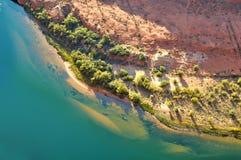 红色土壤绿松石水 库存图片