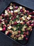 红色土豆用荷兰芹 库存图片