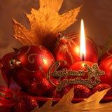 红色圣诞卡:球&蜡烛-储蓄照片 免版税图库摄影