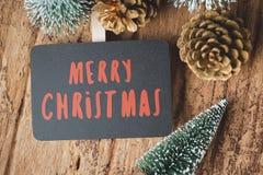 红色圣诞快乐黑板顶视图有xmas树的和去 免版税库存图片