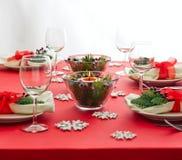 红色圣诞晚餐桌设定 免版税库存照片