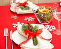 红色圣诞晚餐桌设定 库存图片