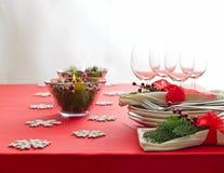 红色圣诞晚餐桌设定 免版税库存图片