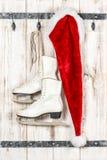 红色圣诞老人帽子和白色滑冰 圣诞节装饰装饰新家庭想法 库存图片
