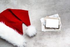 红色圣诞老人帽子和老照片 库存图片