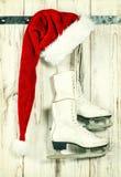 红色圣诞老人帽子和滑冰 葡萄酒圣诞节装饰 库存照片