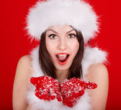 红色圣诞老人帽子的圣诞节女孩。 免版税库存照片