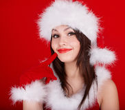 红色圣诞老人帽子的圣诞节女孩。 免版税库存图片