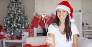 红色圣诞老人帽子的欢乐的少妇 免版税库存照片
