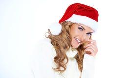 戴红色圣诞老人帽子的波浪发少妇 免版税库存图片