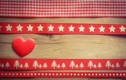 红色圣诞节丝带和爱心脏 免版税图库摄影