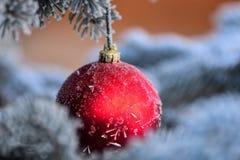 红色圣诞节中看不中用的物品 库存图片