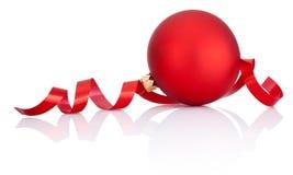 红色圣诞节在白色隔绝的球和卷曲的纸 免版税库存照片