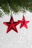 红色圣诞节在闪烁bokeh背景的xmas树担任主角 免版税库存照片