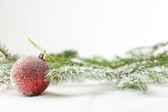 红色圣诞节或新年装饰品在雪 免版税库存图片