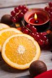 红色圣诞节欢乐蜡烛用桔子 免版税库存图片