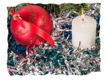 红色圣诞节球和一个蜡烛在闪亮金属片中 库存图片