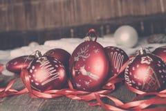 红色圣诞节球和丝带在木背景 invitation new year 框架 复制空间 被定调子的照片 免版税库存图片