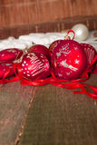 红色圣诞节球和丝带在木背景 invitation new year 框架 复制空间 免版税库存图片