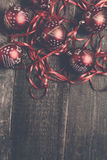 红色圣诞节球和丝带在木背景 invitation new year 框架 顶视图 复制空间 被定调子的照片 库存照片