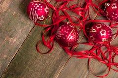 红色圣诞节球和丝带在木背景 invitation new year 框架 顶视图 复制空间 免版税库存照片