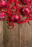 红色圣诞节球和丝带在木背景 invitation new year 框架 顶视图 复制空间 库存照片