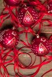 红色圣诞节球和丝带在木背景 invitation new year 框架 顶视图 免版税库存图片