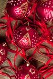 红色圣诞节球和丝带在木背景 invitation new year 框架 顶视图 免版税库存照片