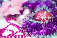 红色圣诞节球和其他紫色圣诞节树装饰 库存照片