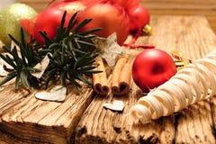 红色圣诞节球和白桦树皮心脏 免版税库存图片