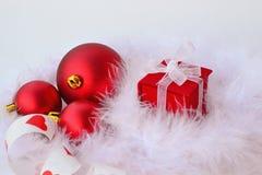 红色圣诞节球和礼物 免版税库存照片