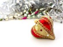 红色圣诞节球心脏特写镜头  免版税库存图片