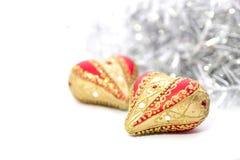 红色圣诞节球心脏特写镜头  免版税库存照片