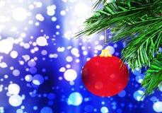 红色圣诞节球背景蓝色雪圈子 免版税图库摄影