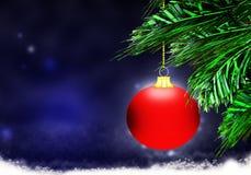 红色圣诞节球背景蓝色雪圈子 库存图片