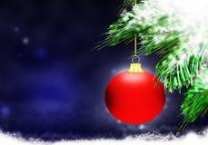 红色圣诞节球背景蓝色雪圈子 免版税库存图片