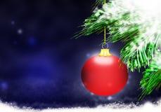 红色圣诞节球背景蓝色雪圈子 图库摄影