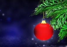红色圣诞节球背景蓝色雪圈子 库存照片