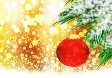 红色圣诞节球背景金雪圈子 免版税库存图片