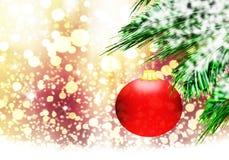 红色圣诞节球背景金雪圈子 免版税图库摄影