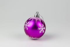 红色圣诞节球,在白色背景 图库摄影