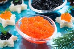 红色圣诞节的开胃菜-和黑鱼子酱,特写镜头 图库摄影