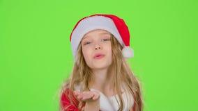 红色圣诞节盖帽的女婴送空气亲吻 绿色屏幕 股票视频