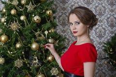 红色圣诞节礼服的女孩 免版税图库摄影