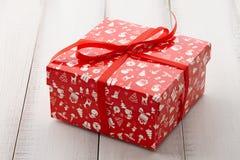 红色圣诞节礼物或当前箱子关闭 免版税库存照片