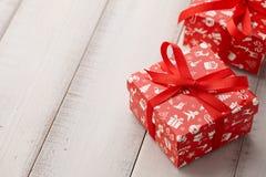 红色圣诞节礼物或当前箱子关闭  免版税库存图片