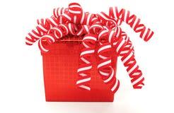 红色圣诞节礼物盒五颜六色的卷曲丝带 免版税库存图片