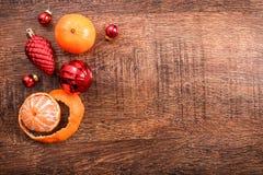 红色圣诞节装饰品、食物装饰和杉树在土气木背景分支 看板卡例证向量xmas 新年好 顶视图 库存照片